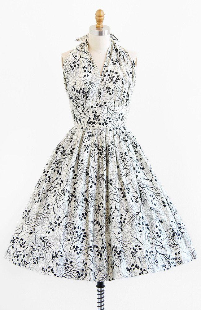 Prachtige vintage jaren 1950 50s jurk.  ✧ aangepaste gemaakt--een van een soort! ✧ zwart + wit gepolijst katoen bedrukt met takken ✧ verzamelde cup halter hals die in nek van neck banden ✧ verstijfd bekleed taille ✧ vastmaakt op de rug met een overdekte metalen rits  Wat een absoluut prachtige kleden dit is — als alleen het past me ik zou nooit laten gaan! Ik ben dol op het silhouet van de klassieke jaren 1950 bom in contrast met de starkness van de zwarte en witte stof, en natuurlijk de…