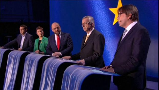 """Jean-Claude Juncker wil schwung brengen in de Europese verkiezingen van volgend jaar. Hij wil z'n opvolger door de Europeanen laten kiezen uit een handvol """"Spitzenkandidaten"""". Elke fractie in het parlement mag zo'n topkandidaat naar voor schuiven. En die selectie wil hij dit jaar al kennen, zodat de strijd kan losbarsten."""