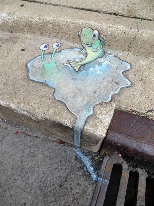 """Une nouvelle sélection de créations réalisées à la craie par l'illustrateur David Zinn qui met en scène sa petite créature verte """"Sluggo"""" dans les rues du Michigan."""