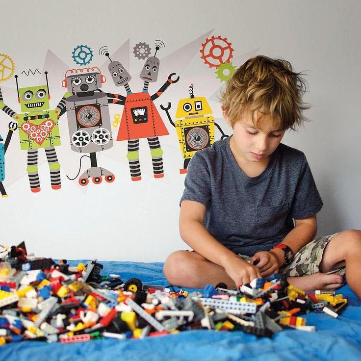 Har du også en der er vild med robotter? Dekorer væggene på værelset med wall stickers og lad dig inspirere til at bygger vildere og sejere figurer og robotter. #roommatesdecor #wallstickers #roommates #decoration #indretning #wallart #robots #boys #boysroom #drengeværelse #kidsinspo #robotter #lego #kreativ #creative by room2play
