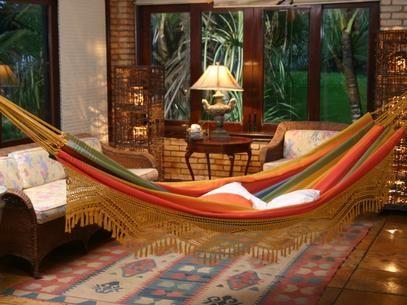 Sala de estar com rede de descanso