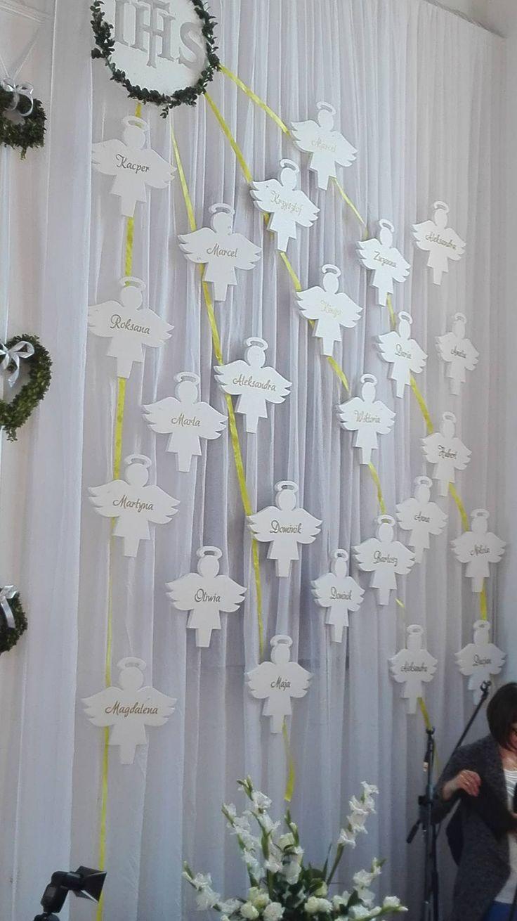 Aniołki styropianowe z imionami dzieci oraz hostia - czyli ciekawa inspiracja do dekoracji kościoła w dniu Pierwszej Komunii Świętej