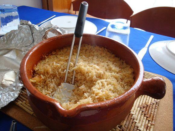 ARROZ DE FORNO (arroz seco) 1 chávena de arroz (estufado, evaporado ou até carolino) (este é estufado) 2 chávenas de água quente sal ao gosto 1 cebola  picada 1 cabeça de alho picada azeite q.b. Cobre-se o fundo dum tacho com azeite e junt...