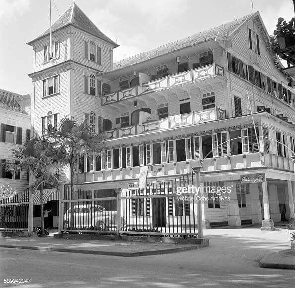 Palacehotel ca. 1950, aan het gouvenementsplein, thans onafhankelijkheidsplein, tegenover gouvernementspaleis / presidentieel paleis en de eigenaar was Emile de la Fuente , o.a. eigenaar van bioscopen: Bellevue / domineestr , Tower / heerenstraat , Star / wagenwegstraat