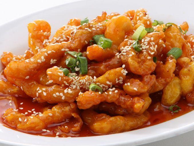"""La comida china es el """"takeout"""" por excelencia sin embargo, en ocasiones es difícil encontrar un buen restaurante chino, sobre todo si nos mudamos recientemente.  Para que no sufras por esto te damos una receta que puedes hacer en casa. Es más saludable y muy deliciosa.  Ingredientes"""