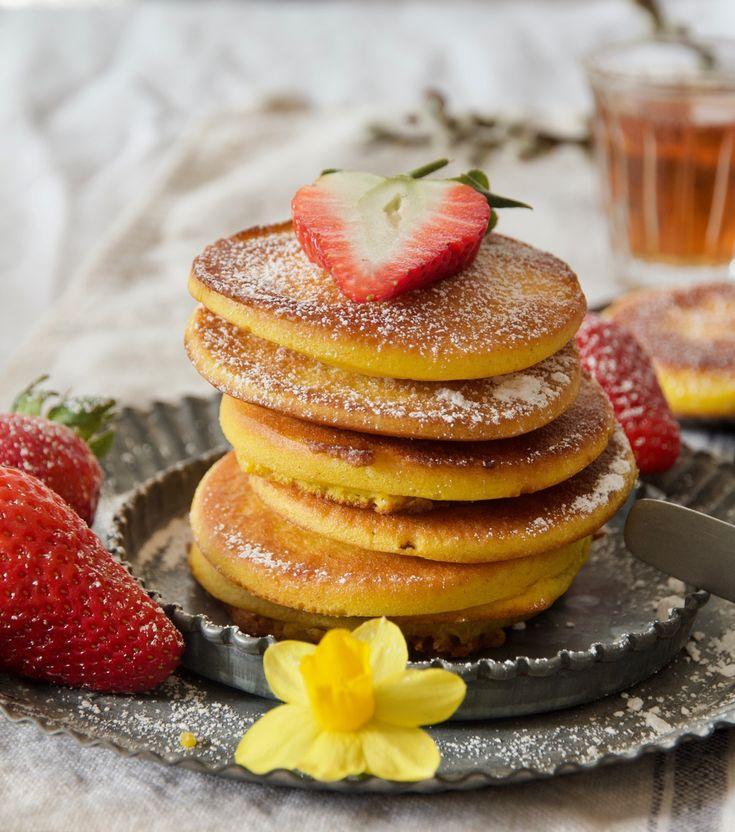 Khanfarousch sind dicke goldgelbe persische Pancakes aus eine Reis- und Weizenmehlmischung, viele Eier, wenig Zucker, Backpulver und Rosenwasser, Kardamom und Safran sorgen im Teig für ein orientalisches Aroma. Mit diesem Beitrag nehme ich am Blogevent Osterbrunch von Lecker für jeden Tag teil.