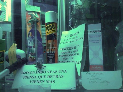 "Eixamplant: aparador. C/ Urgell / Diputació-Consell de Cent : ""Sufrimos una plaga de cucarachas y de ratas"" Ben cert."