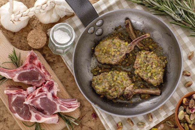 Costolette d'agnello in crosta di pistacchi