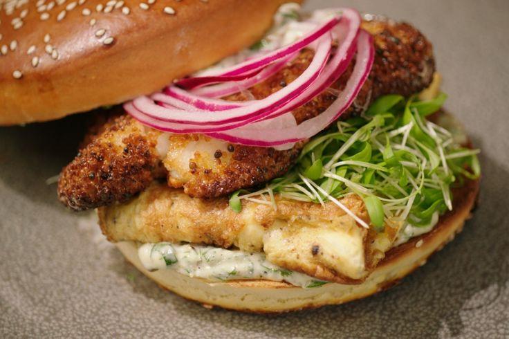 Zeg nooit zomaar 'fishburger' tegen deze krokante visfilet. Jeroen serveert 'm tussen een broodje met gemarineerde ui, omelet en ansjovismayonaise.