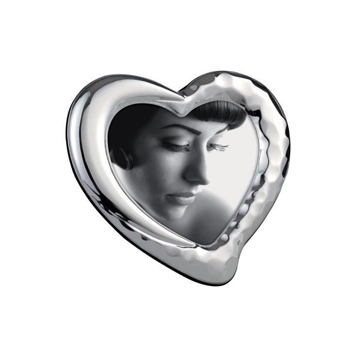 PORTAFOTO IN METALLO LUCIDO 864   Portaritratti in metallo stampato, finitura lucida, effetto smartellato, a forma di cuore. Schienale velluto.