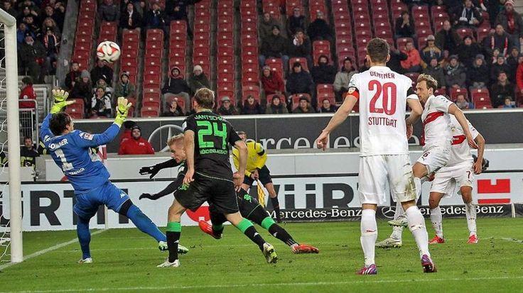 VfB Stuttgart Spieler verstümmeln sich selbst -  Niedermeier (r.) hämmert den Ball an die Latte... http://www.bild.de/sport/fussball/vfb-stuttgart/verstuemmelt-sich-selbst-39592094.bild.html