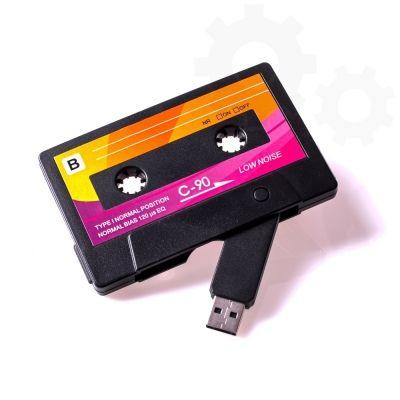 Odświeżona wersja kasety magnetofonowej jest pendrivem, który przechowa 8 GB Twoich danych. Pendrive Kaseta to pomysłowy prezent dla każdego, kto z nostalgią wspomina czasy, kiedy była nieodłączną częścią naszego życia.