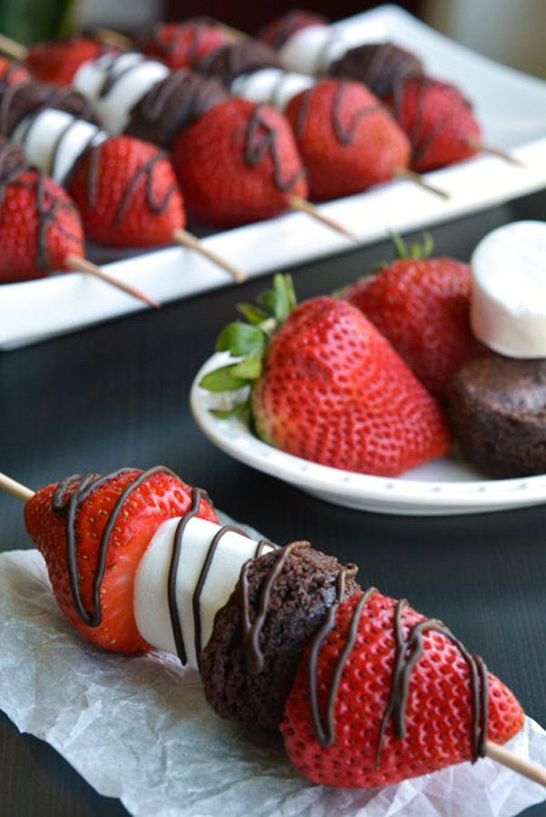 jordgubbar +paleokladdkaka i bitar, mörk chokladsås eller mandelsmör-sås