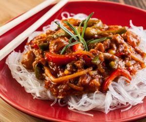 Rýžové nudle s hovězím masem a zeleninou