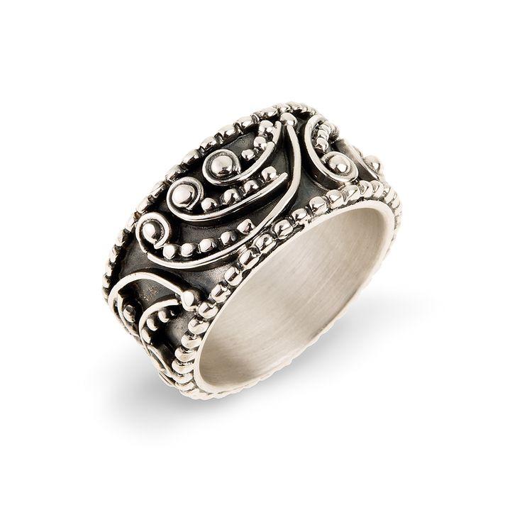 Pierścionek z kolekcji ODYSEJA wykonany ze srebra próby 925. Srebrny pierścionek ozdobiony intrygującym ornamentem będzie ciekawą biżuterią pasującą do każdej okazji. To zwracający uwagę dodatek, który może być pomysłem na prezent dla osób, które lubią bogactwo kształtów oraz ornamenty. Kolekcja ODYSEJA została zaprojektowana przez Annę Orską i wykonana w oparciu o granulację, czyli antyczną technikę dekoracyjną, dzięki której powstają bogate ornamenty. Wszystkie wzory kolekcji zostały…