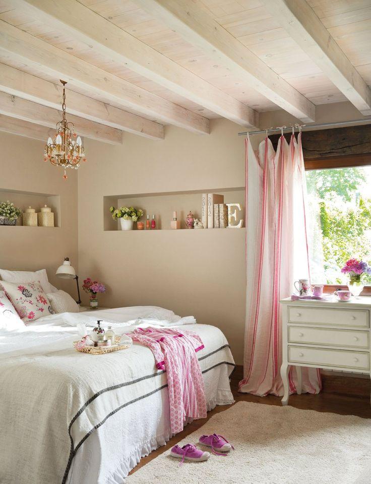 Dormitorio principal  Cómoda lacada, en Almazen. Las cortinas se confeccionaron con tela de Designers Guild. Colcha de Zara Home.