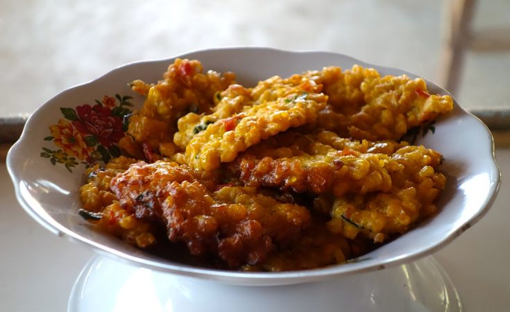 Dadar jagung - Corn cakes - authentic Indonesian recipe from a street restaurant on Lombok island, Indonesia (source: my personnal food and travel blog / vlog with recipes, authentic video recipes, street food, food and travel documentary, travel info and more. Welcome! :) )