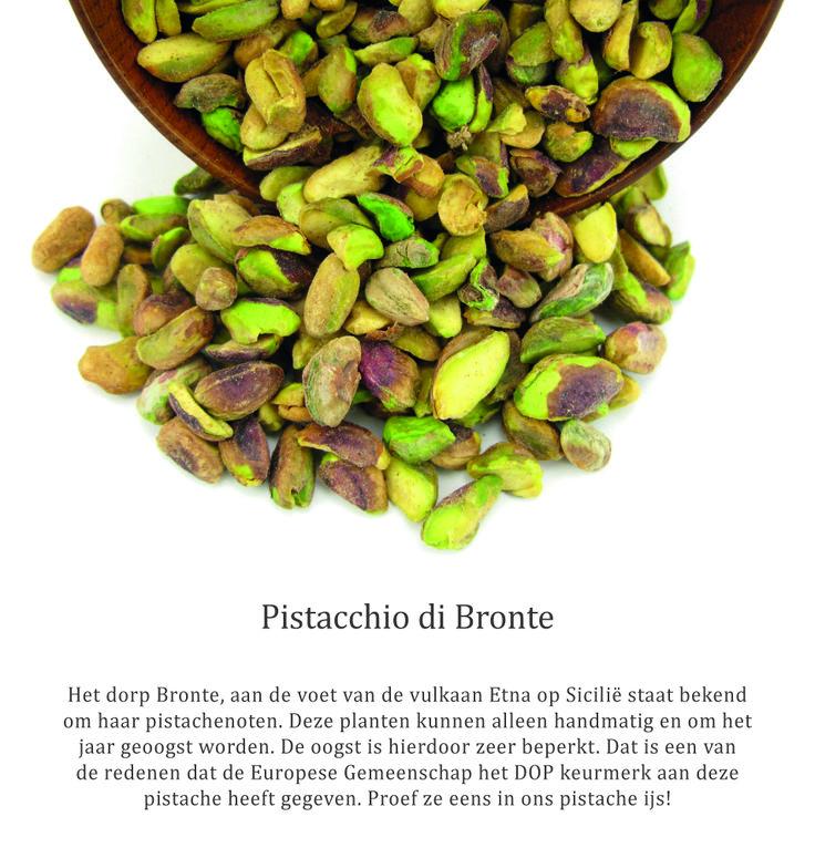 De pistache-boeren van Bronte, maken het zichzelf soms wel erg moeilijk. Zodra je deze noten eet, weet je ook dat ze dat niet voor niets doen. Zo oogsten ze bijvoorbeeld alleen in oneven jaren. Na de oogst viert het hele dorp feest tijdens de Sagra del Pistacchio.  Je kunt het zo gek niet bedenken; van gebakken worstjes, torrone, mortadella, pasta voor op brood, cakejes, snoep, taartjes, risotto, pasta, pesto ....en alles met of op basis van pistache noten. #Pistacchio #bronte #ijs #gelato
