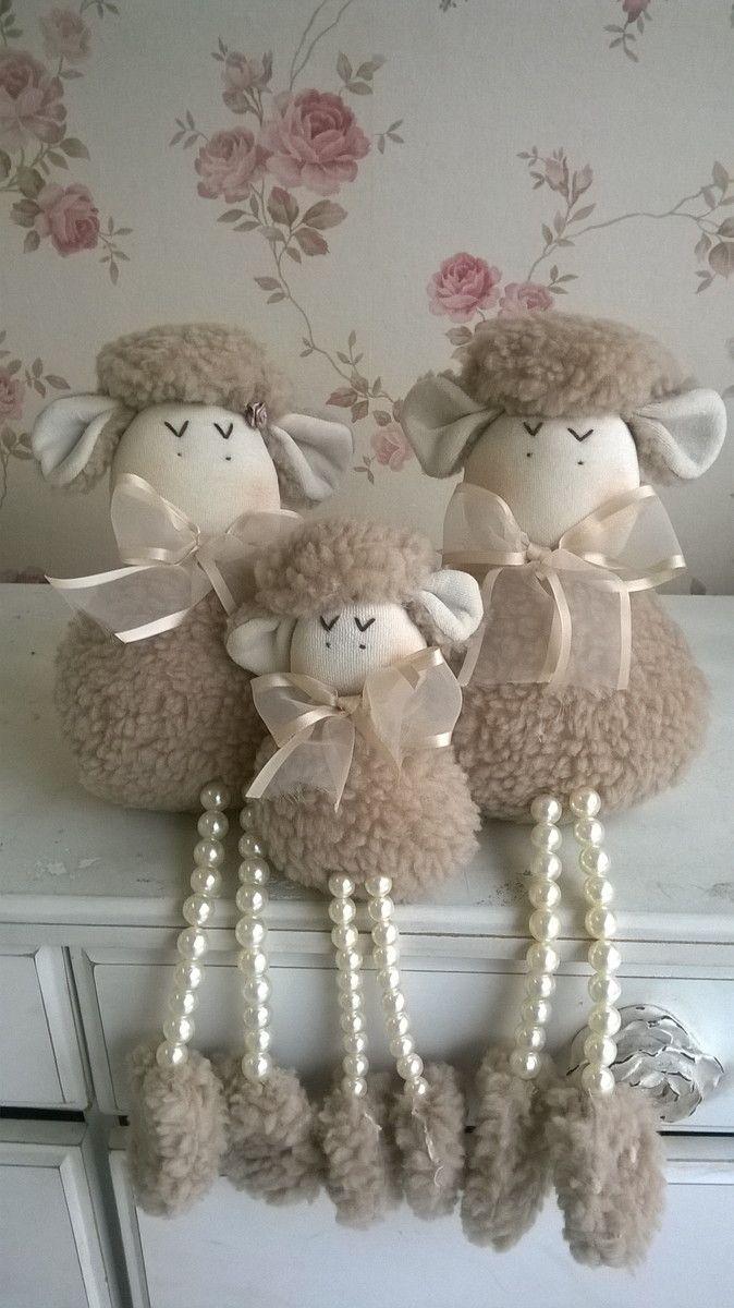 Trio ovelhas com pernas de pérolas: Pai, Mãe e um filhotinho. Nas cores de pele: marrom e marfim. Enchimento anti-alergico.  Consultem valores para acrescentar peças avulsas, cores dos laços.