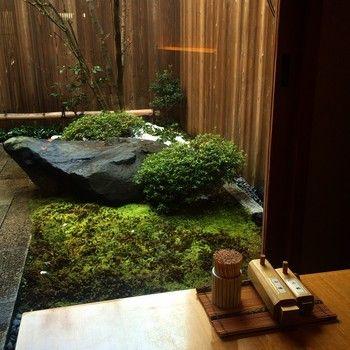 """(※""""町家造り""""は、京都の職住一体型の住居形式。""""京町家""""なら住居、""""京町屋""""なら店舗とみなされることが多いとされています。町屋のリノベーションは、外観だけ保存する場合と、外観も内部も保存する場合があります。今記事では区別せずに紹介しています。) 【画像は、風情あふれる「岡北」の坪庭」"""