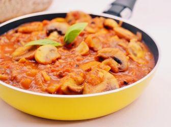 Svéd gombasaláta recept: A franciasaláta és társai mellett a svéd gombasaláta is egy gyerekkori kedvenc. Friss baguettel reggelire, vagy könnyű vacsorának tökéletes. Illetve ha meleg ételre vágyunk, és marad meg belőle, akkor felmelegítve, spagettiszószként is jól funkcionál. ;)