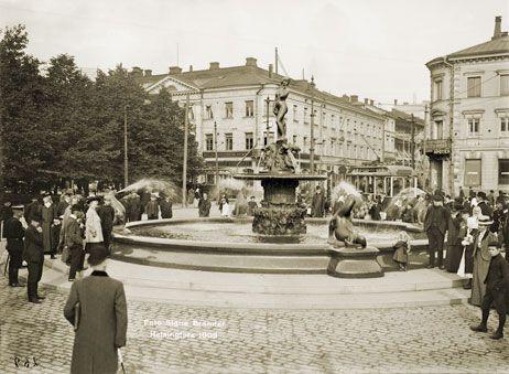 Ihmiset arvioivat Havis Amanda patsasta Kauppatorilla paljastustilaisuuden jälkeen. Signe Brander 1907.