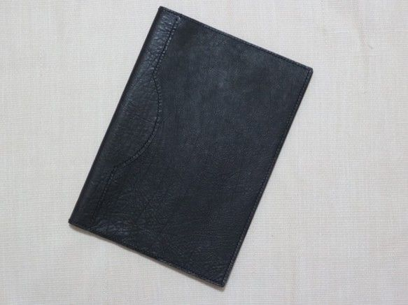 バッファローカーフ(厚さ1.3mm程度)のA4サイズのノートカバーで1cm程度の厚さのA4ノートに着けることが出来ます。サイズは幅 21.5cm 高さ 30....|ハンドメイド、手作り、手仕事品の通販・販売・購入ならCreema。