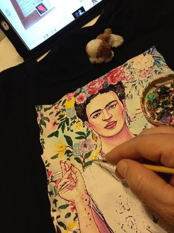Web adores this Frida Kahlo's t-shirt on relief | QuorArtisticTshirts