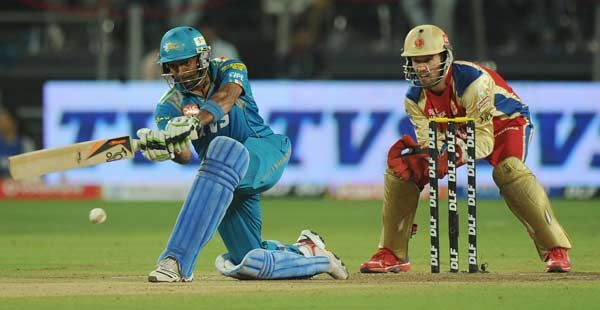 Pune Warriors India batsman Robin Uthappa (L) watched by Royal Challengers Bangalore wicketkeeper AB De Villiers plays a shot during the IPL Twenty20 cricket match between Pune Warriors India and Royal Challengers Bangalore at  Subrata Roy Sahara Stadium in Pune on May 11, 2012.