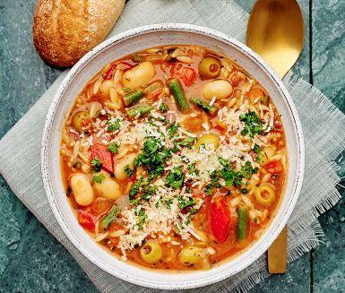 En otroligt smakrik, mustig och mättande minestronesoppa med morot, paprika, haricot verts, umamirika gröna oliver och risoni. Soppan kryddas med timjan, vitlök och aromatisk persilja och puttrar tills köket är fyllt av väldoft. Garnera med parmesanflarn och avnjut soppan med nygräddad, frasig surdegsbaguette. Hoppas det smakar.