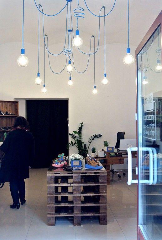 Nasze lampy wiszące w kolorowym okablowaniu zdobią teraz showroom obuwniczy Lan-Kars w Krakowie! http://www.sklep.imindesign.pl/nasze-galerie/lampy-wiszace-i-kinkiety-imindesign-w-showroomie-lan-kars