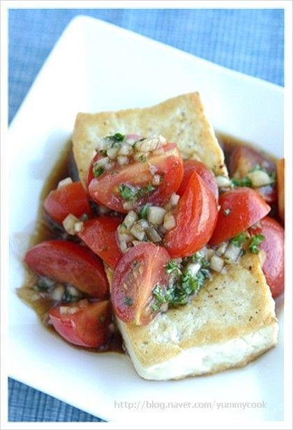 토마토소스를 얹은 두부스테이크 요리재료 두부 2조각 (2cm 두께),소금.후추.올리브 오일 약간씩 방울 토마...