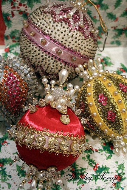 Vintage beaded ornaments... Oh we did a lot of those when we were young, they looked amazing! I need to start this tradition again!*****