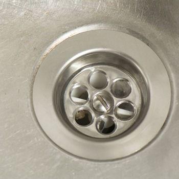 un glaçon de vinaigre blanc dans les canalisations ? il fallait y penser !