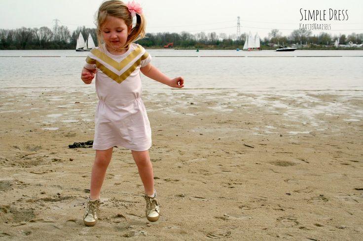 Ik zag vorige zomer een mooie, simpele jurk bij Simple Kids . Een eenvoudig modelletje uit tricot met elastiek in de taille. Ik beslo...