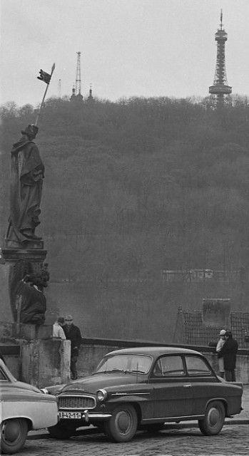 Hradní rampa (3336-2) • Praha, listopad 1964, socha, uta, Petřínská rozhledna v pozadí • | černobílá fotografie, |•|black and white photograph, Prague|