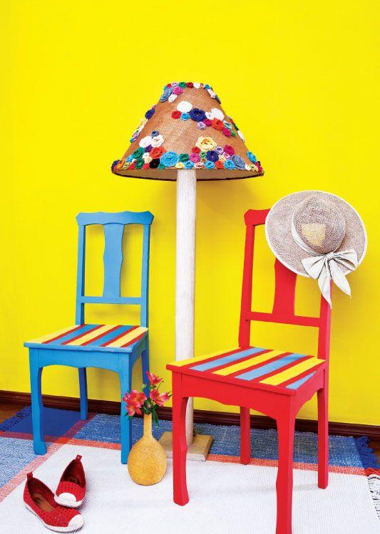 Cadeiras restauradas com pintura colorida