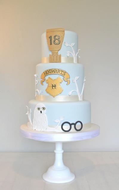 Harry Potter cake=like the use of color on this that isn't 'typical' HP