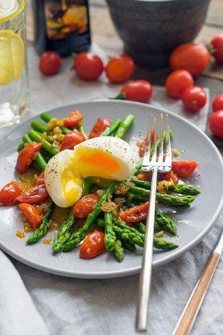 Теплый салат со спаржей и пряной заправкой