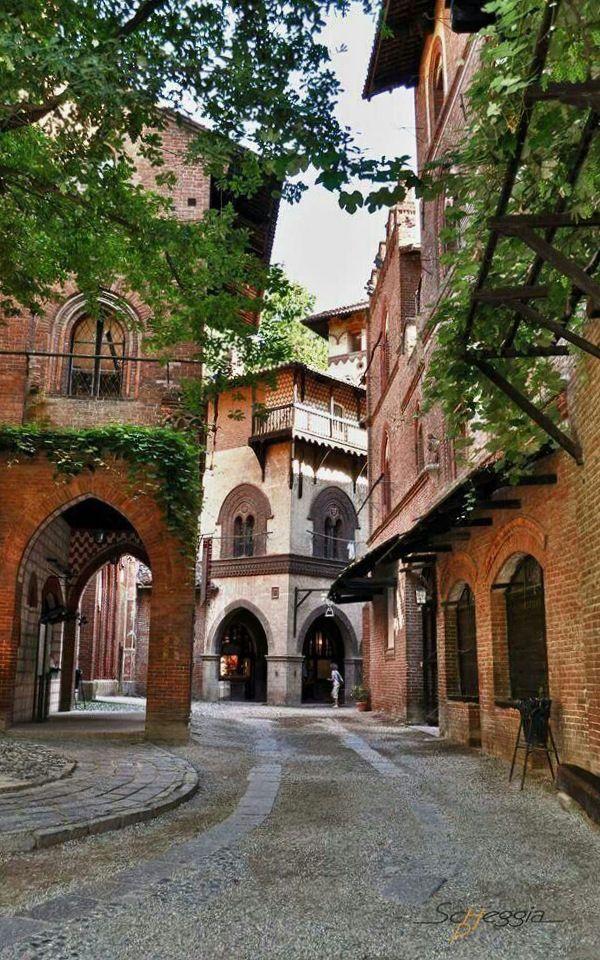 Pueblo medieval en el Piamonte. Italia.