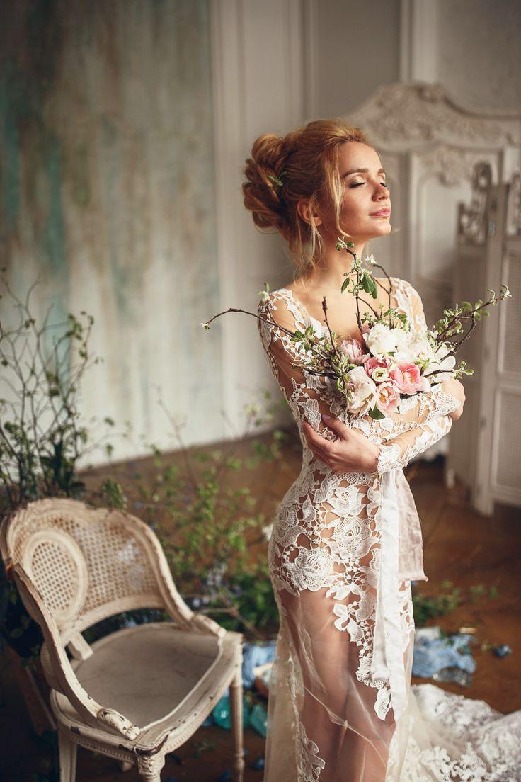 Утро невесты – один из самых важных, нежных и трогательных моментов свадебного дня. Всё вокруг должно быть красивым, светлым и уютным. Будуарная фотосессия – неповторимая и незабываемая. Особая атмосфера чувственности и предвкушения в нашей весенней фотосъ