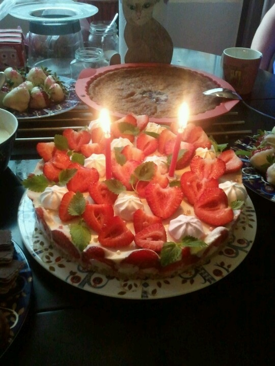 Birthdaycake for Enne, lots of strawberries, white choc mousse with lime.