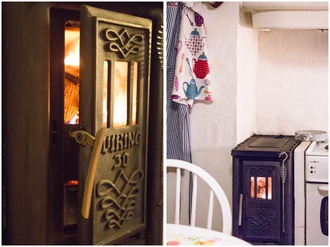 Installation av en köksspis Viking 30, som fungerar bra för att värma ett hus och laga mat.