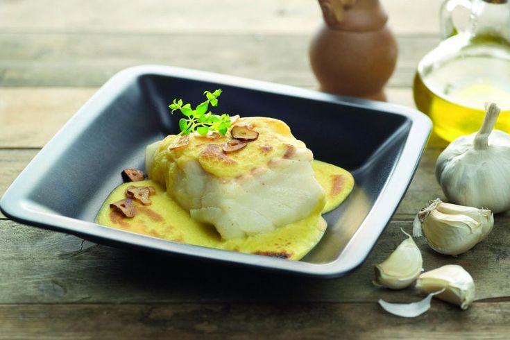 Disfruta de una receta inolvidable con el bacalao a la muselina. Básicamente se acompaña al pescado con un alioli gratinado en el horno.