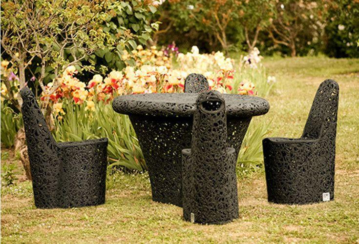 Krzesła Arche to eleganckie meble do ogrodu bądź wnętrz. Wykonane zostały z lawy wulkanicznej, dzięki czemu są ekologiczne oraz odporne na warunki atmosferyczne.