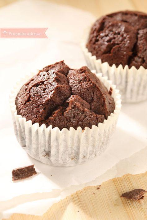 Los brownies ya son un clásico de la repostería, y si los trasladamos a unas magdalenascomo éstas pronto se convertirán en un imprescindible en los desayu