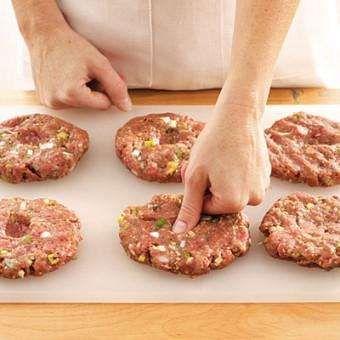 HAMBURGER KÖFTESİ Hamburger köftelerinizin yaparken şişmemelerini ve ekmek arasında düzgün görünmelerini istiyorsanız pişirmeden hemen önce ortalarına parmağınızla bastırmanız yeterli.- CNN Türk tarafından sağlanmıştır