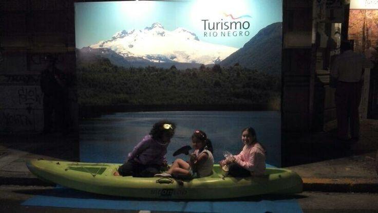 Niños jugando en La Casa de Río Negro en La Noche de las Provincias, Más info sobre viajes en www.facebook.com/viajaportupais  #lanochedelasprovincias #rionegro #patagonia #turismo #viajes #argentina #viajaportupais
