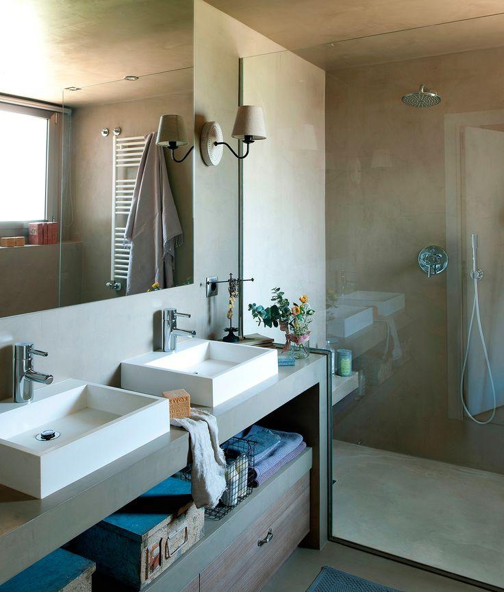 Baño con doble seno, bajolavabo con hueco y cajones, ducha con mampara de cristal y paredes, techo y suelo de microcemento Topcret