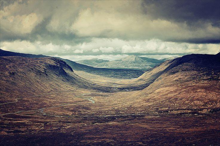 Glen between Beinn na Lap and Beinn Eibhinn bedding River Ossian | Tamas Katai | Scottish Highlands | Nature | Landscape | Photography
